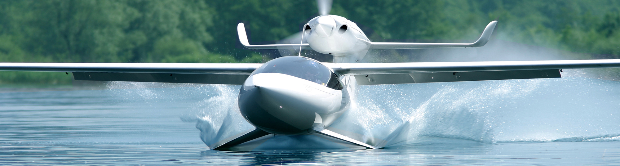 High performance amphibious airplane thanks to hydrofoils technology